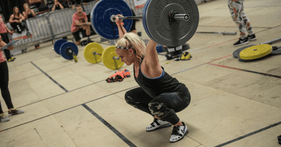 Sara Sigmundsdottir lifting a barbell during crossfit wod
