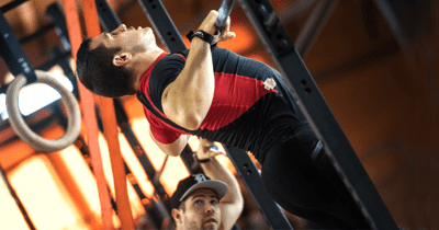 male crossfitter chest to bar pull up