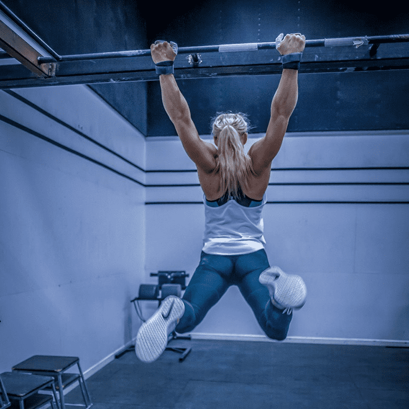 sara sigmundsdottir crossfit female pull ups on bar in crossfit box