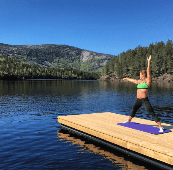 Crossfit athlete kristin holte doing yoga by a lake