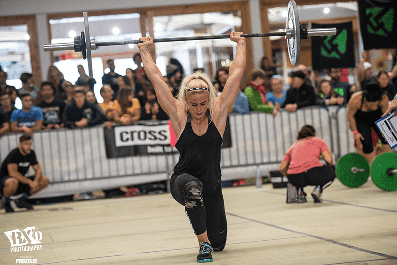 cara sigmundsdottir crossfit athlete overhead walking lunge