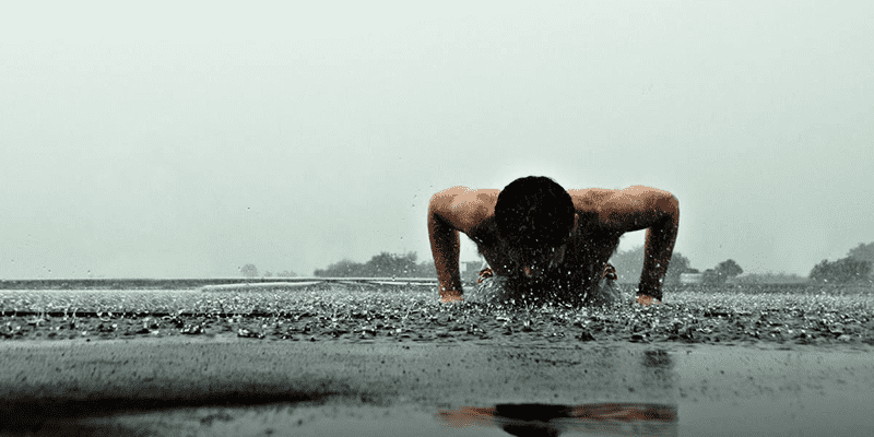 freeletics male athlete press ups in rain