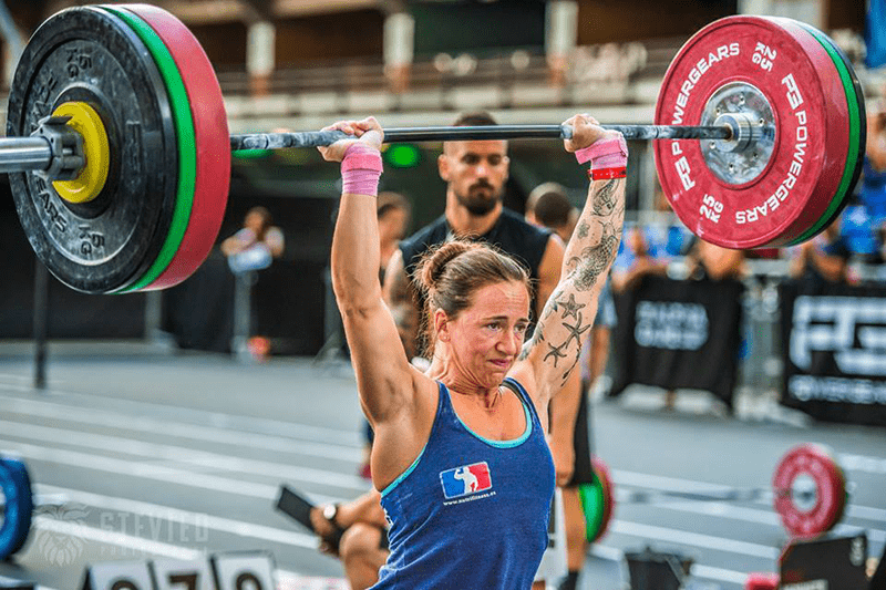 overhead press female crossfit athlete